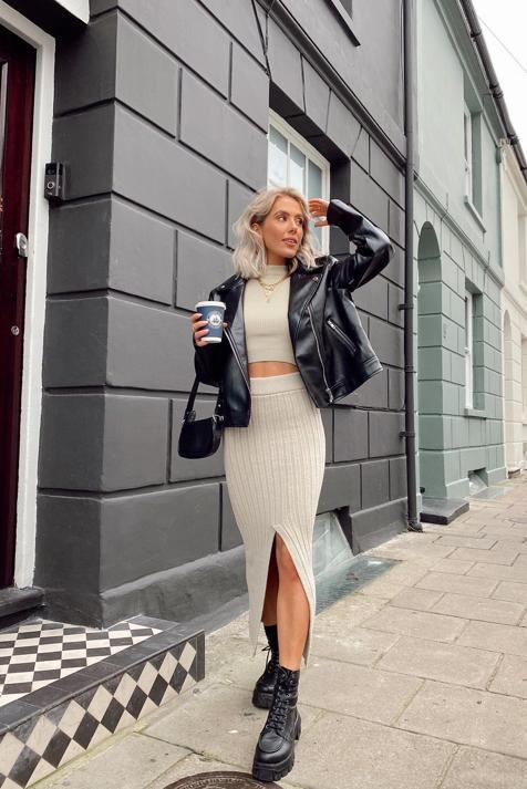 Tres faldas ideales para presumir de cintura que vas a combinar con todo (y son muy baratas)