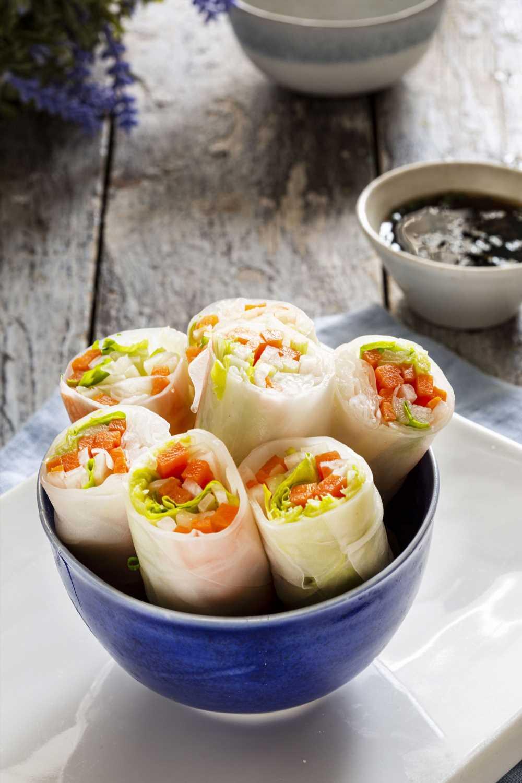 Verduras con papel de arroz, unos rollitos sanos y originales