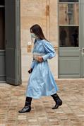 Vuelve el look favorito de todas a todas horas: el vestido midi con botas (te contamos cómo llevarlo para quitarte años y ponerte estilo)