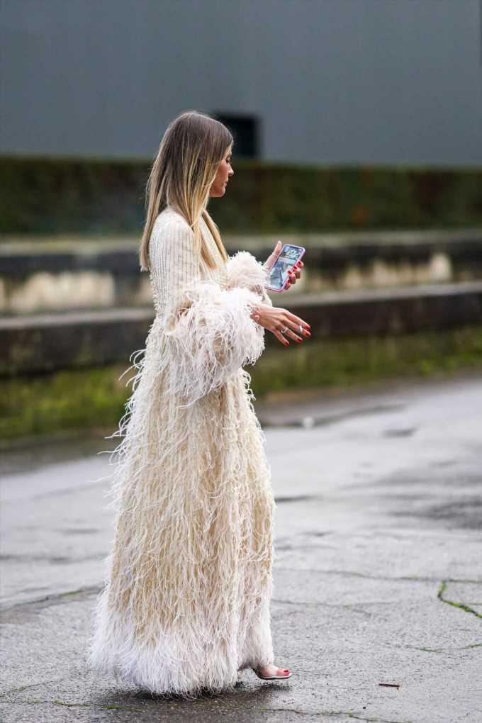 Zara ha lanzado un vestido blanco de novia con plumas