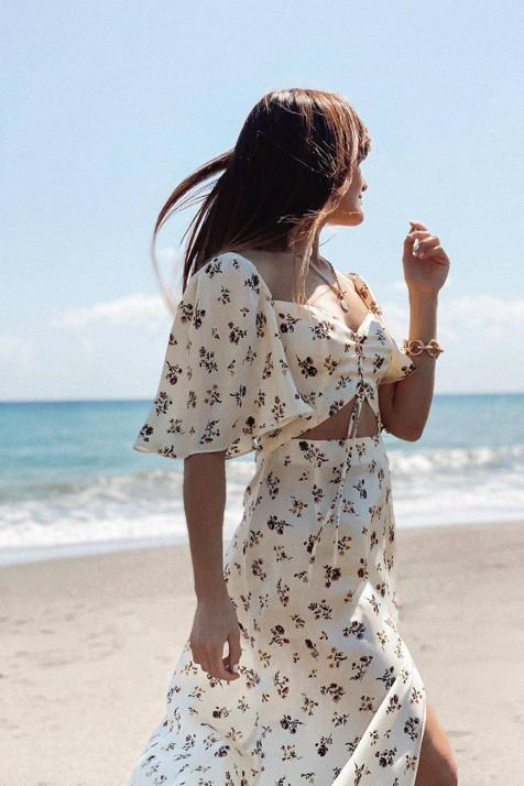 Zara tiene el vestido midi de estampado primaveral más bonito y favorecedor (y que sienta genial con sandalias)
