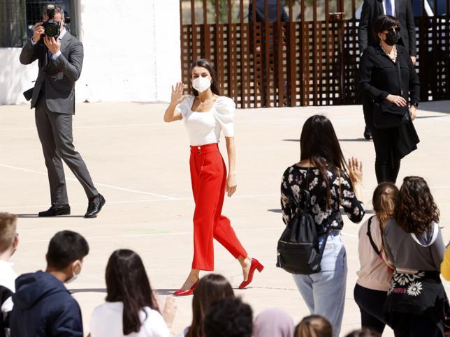 ¿A favor o en contra de los pantalones culotte rojos de la Reina Letizia con su nueva blusa 'made in Spain'?
