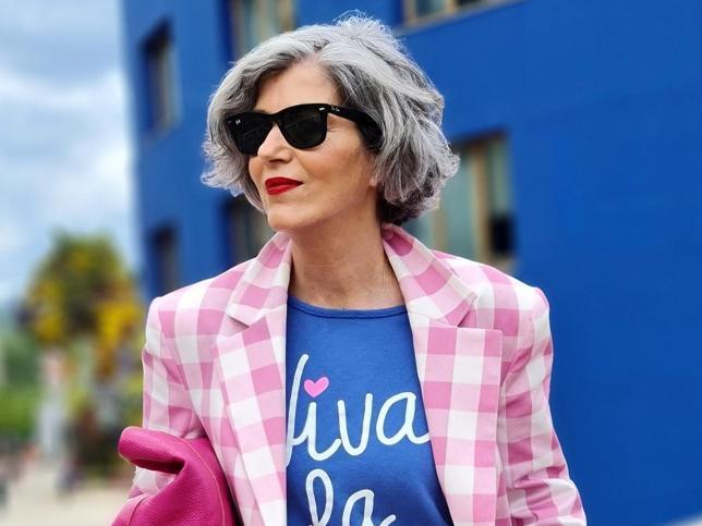 Así es como tienes que combinar una blazer para rejuvencer tus looks de primavera a los 50, palabra de influencer