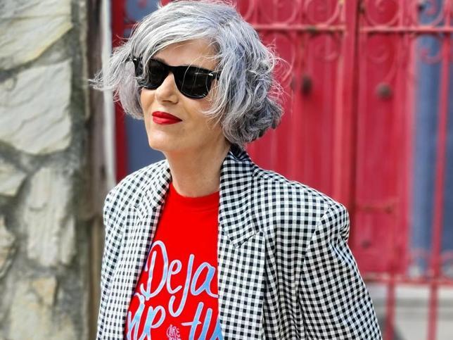 Blazer de cuadros y pantalones wide leg azules, el look de Zara con truco que rejuvenece a los 50 y que es perfecto para primavera