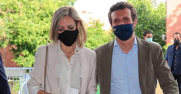Blusa con transparencias, blazer y vaqueros: Isabel Torres acompaña a Pablo Casado a los toros
