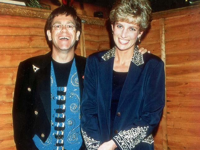 Bofetadas de la reina Isabel II, traiciones, algún que otro insulto, enfados con Diana de Gales… Todo lo que sir Elton John ha dicho de la familia real británica y que se nos había escapado