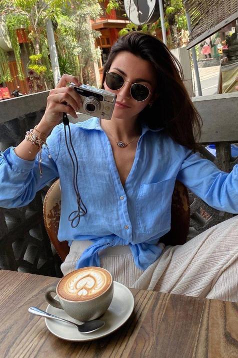 Camisa de lino y pantalón de punto, así es el sencillo y favorecedor conjunto que esta primavera arrasa entre las influencers