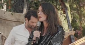 Con vaqueros y blazer de lentejuelas: Carlota Casiraghi se estrena como cantante en el desfile Crucero de Chanel