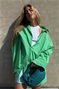 Este mes no puedes prescindir de una camisa verde: influencers que demuestran que te vuelve más guapa, más joven y más estilosa