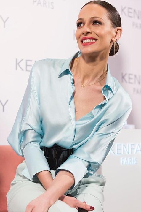 Eva González sabe cómo restar años a su rostro al instante: con un trío de maquillaje que le pone buena cara a diario