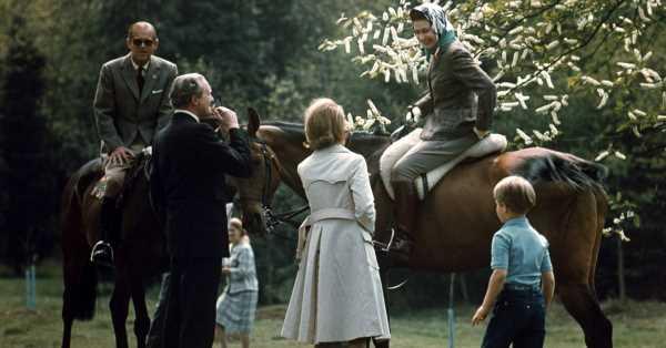 Isabel II recuerda al duque de Edimburgo: la lluvia no le impide cuidar de sus ponis