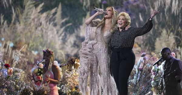 Jennifer Lopez, espectacular con un 'jumpsuit' de plumas, canta con su madre 'Sweet Caroline'