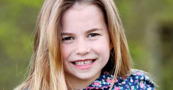La princesa Charlotte dice adiós al pelo recogido en la nueva foto por su 6º cumpleaños