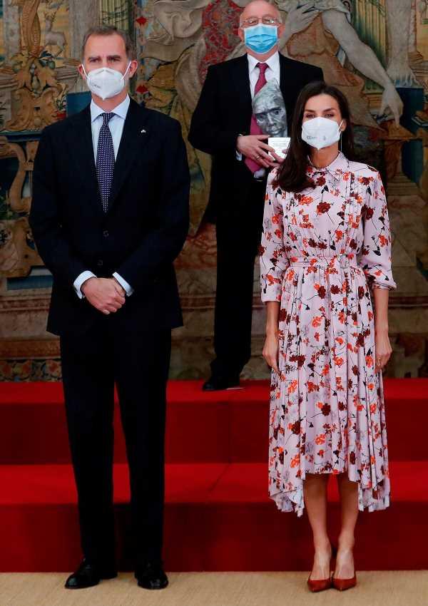 Letizia vuelve a apostar por las flores con este vestido de Hugo Boss