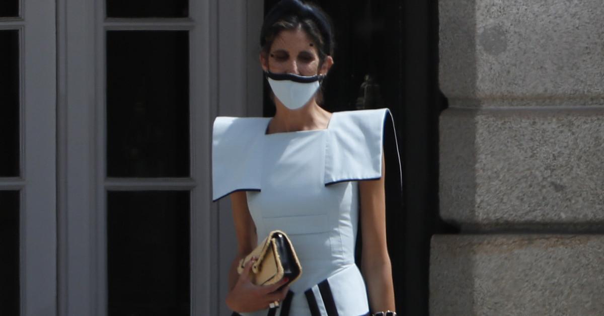 Y llegó la invitada mejor vestida de todas las bodas: Inés Domecq arriesga y acierta con un traje de su marca