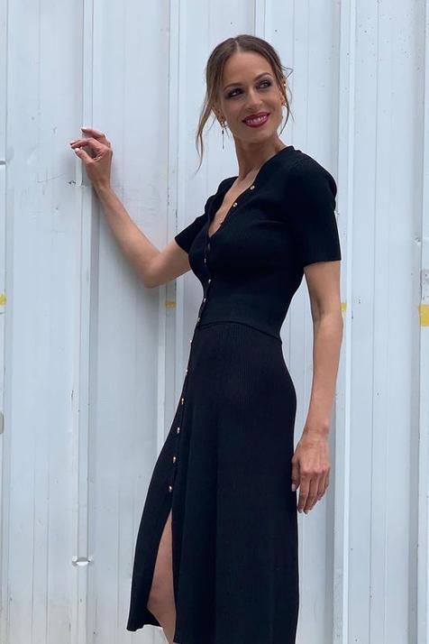 ¿Sí o no al color negro en verano? Eva González tiene el look total black con falda midi y top que más favorece, hace tipazo y quita años a los 40