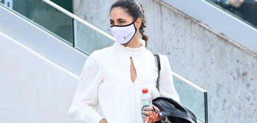 Blusa con cuello victoriano, cazadora de Hugo Boss y bolso acolchado de Saint Laurent: Mery Perelló anima a Rafa Nadal en Roland Garros
