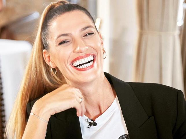 De rubia a gris: el cambio de look radical de Laura Sánchez que demuestra que las canas y el pelo blanco también pueden rejuvenecer