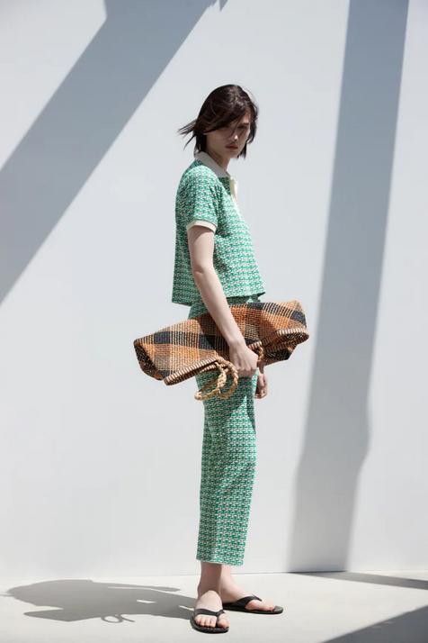 El conjunto retro que buscas está en Zara, viene en tres colores y es ideal para ir impecable sin complicarte la vida