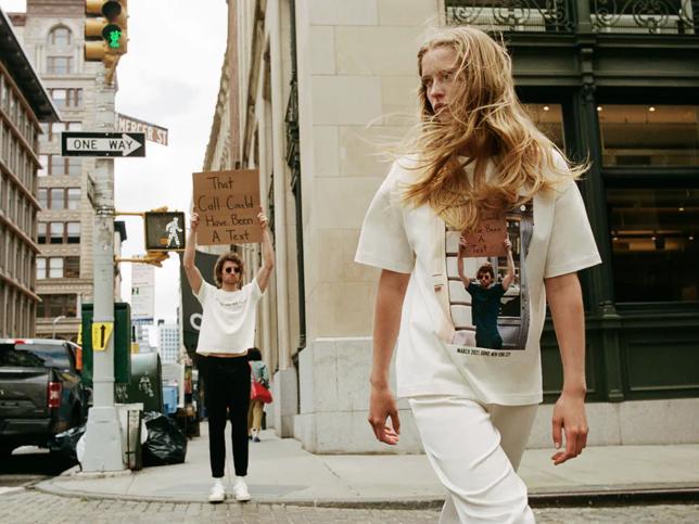 El tío del cartel: el chico más famoso y reivindicativo de Instagram, protagonista de una colección de camisetas ideales para combinar vaqueros