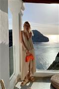 El vestido con volumen más cómodo del verano viene con un plus: el escote más profundo y sexy que vas a ver en la temporada