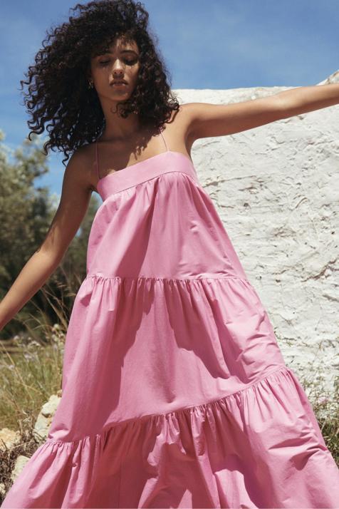 En fucsia o en amarillo, Mango nos propone este maxi vestido de tirantes que promete ser tu imprescindible este verano