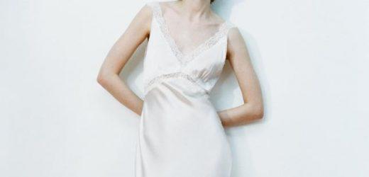 Hay un vestido blanco de seda en Zara que se convertirá en el mejor aliado de las novias informales de este verano (y solo cuesta 100 euros)