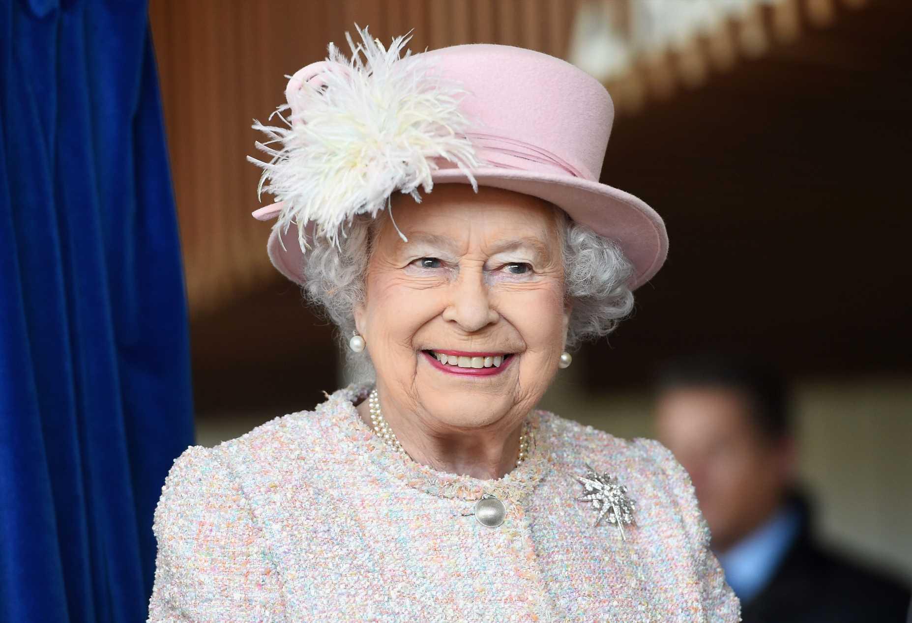 Isabel II y el broche en honor al príncipe Felipe