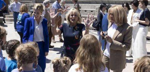 Jill Biden, Brigitte Macron, Carrie Symonds… teatro al aire libre sobre un acantilado de película