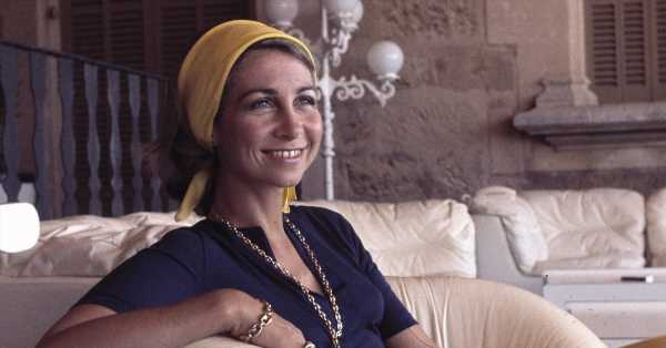 Las cintas de pelo más estilosas para los días de playa o piscina (inspiradas en las que llevaba la reina Sofía)