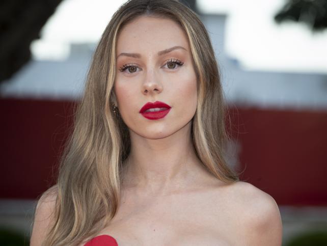 Las mechas rubias de Ester Expósito son perfectas para pasar de morena a rubia con un cambio de look iluminador perfecto para verano