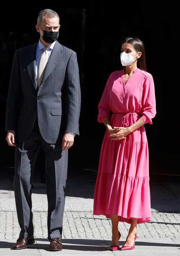 Letizia se suma a la 'marea rosa' con su vestido de estreno