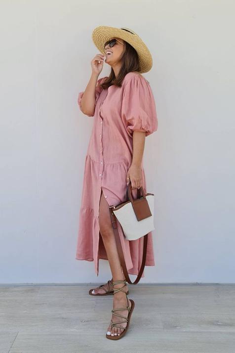 Sandalias planas y vestido midi camisero, el look de Mango súper low cost que rejuvenece a los 40