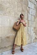 Sara Carbonero ha caído en la tentación del vestido amarillo por una buena razón: rejuvenece tanto si tienes 30 como si ya no cumples 50 (y está de rebajas)