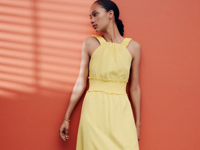 Tres vestidos amarillos de Zara, prácticos y ponibles, que alegran cualquier look de diario con sandalias