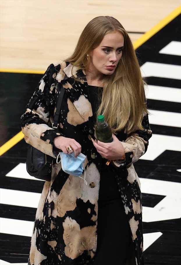 Adele se atreve con la riñonera como bolso veraniego