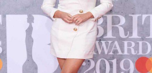 Emma Button y su original (y cortísimo) vestido de novia
