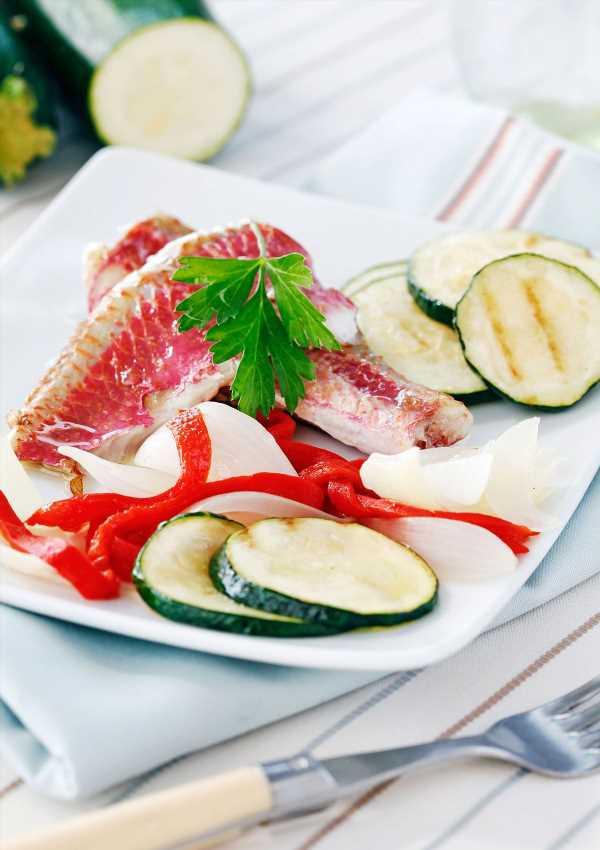 Salmonetes con verduras: disfruta comiendo pescado