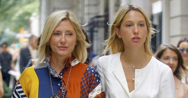 Vacaciones 'royal': Pablo de Grecia, Marie-Chantal Miller y toda la familia (incluida Olympia, vestida de Dior), de excursión en Atenas