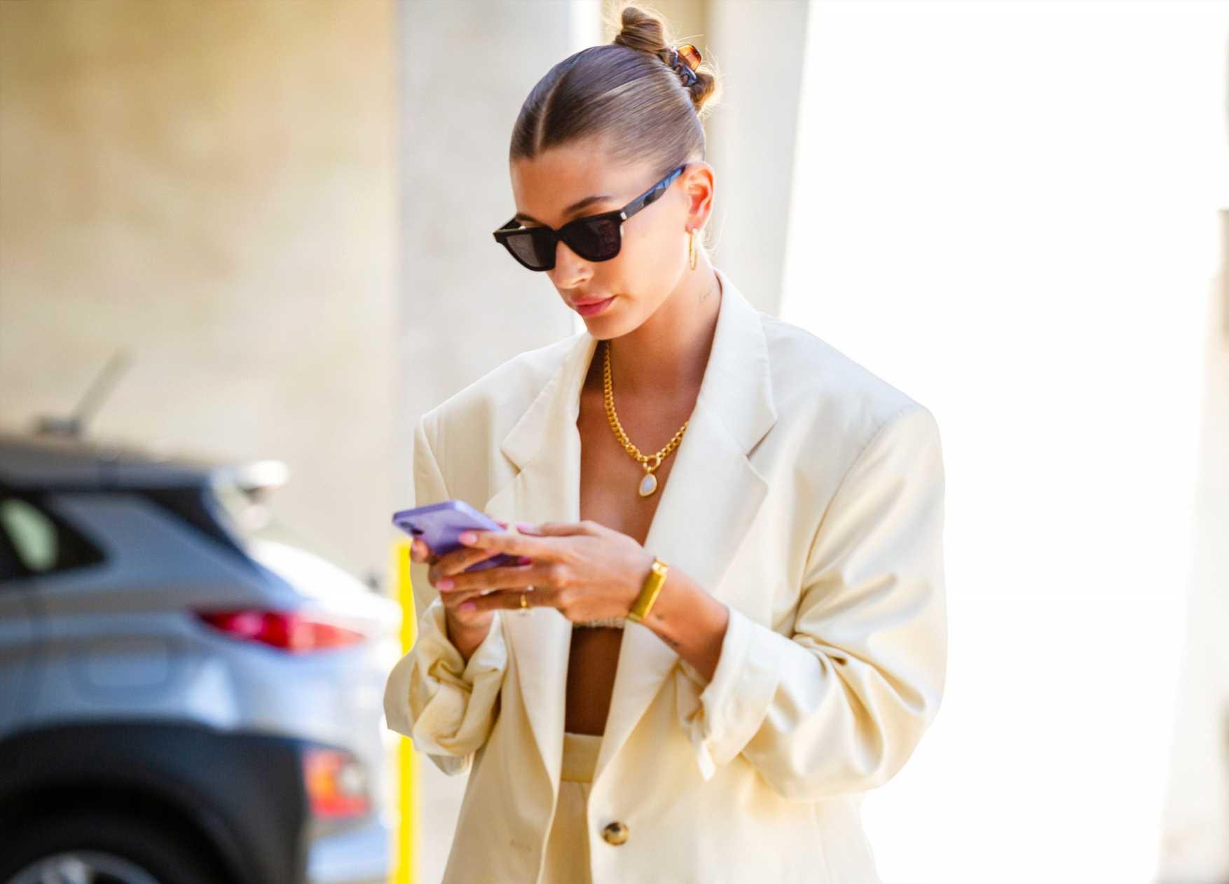 Zara vende el traje amarillo pastel de Hailey Bieber