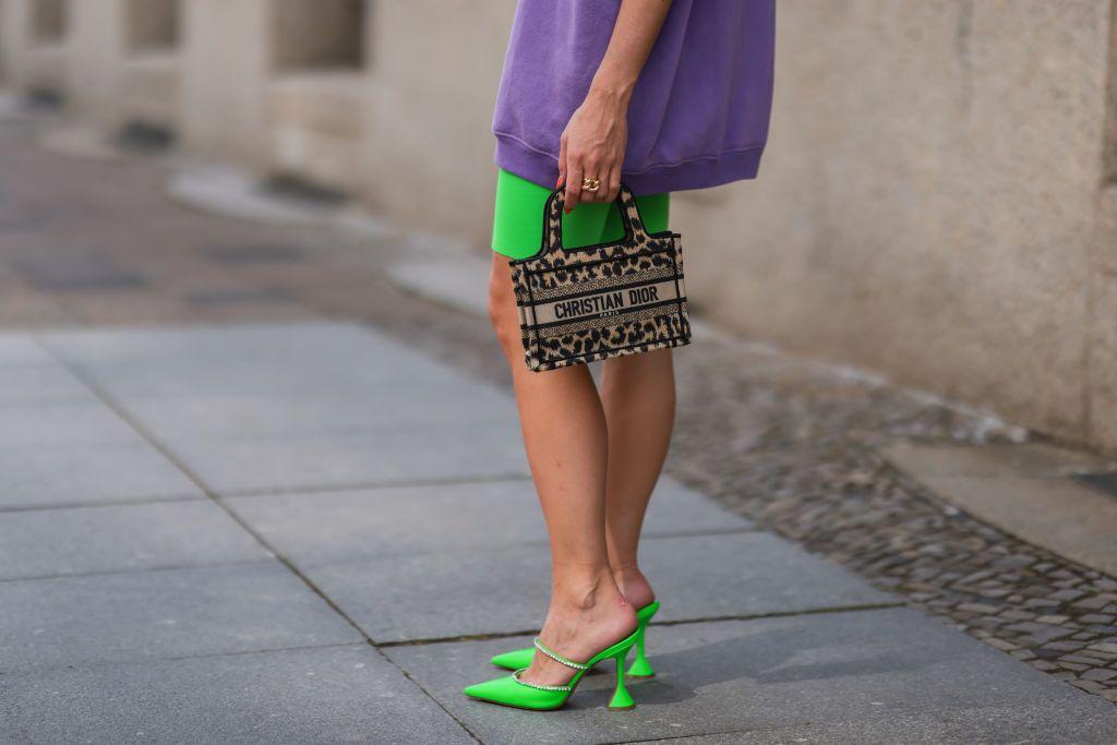 Denim y con detalle joya: el nuevo zapato destalonado de Zara