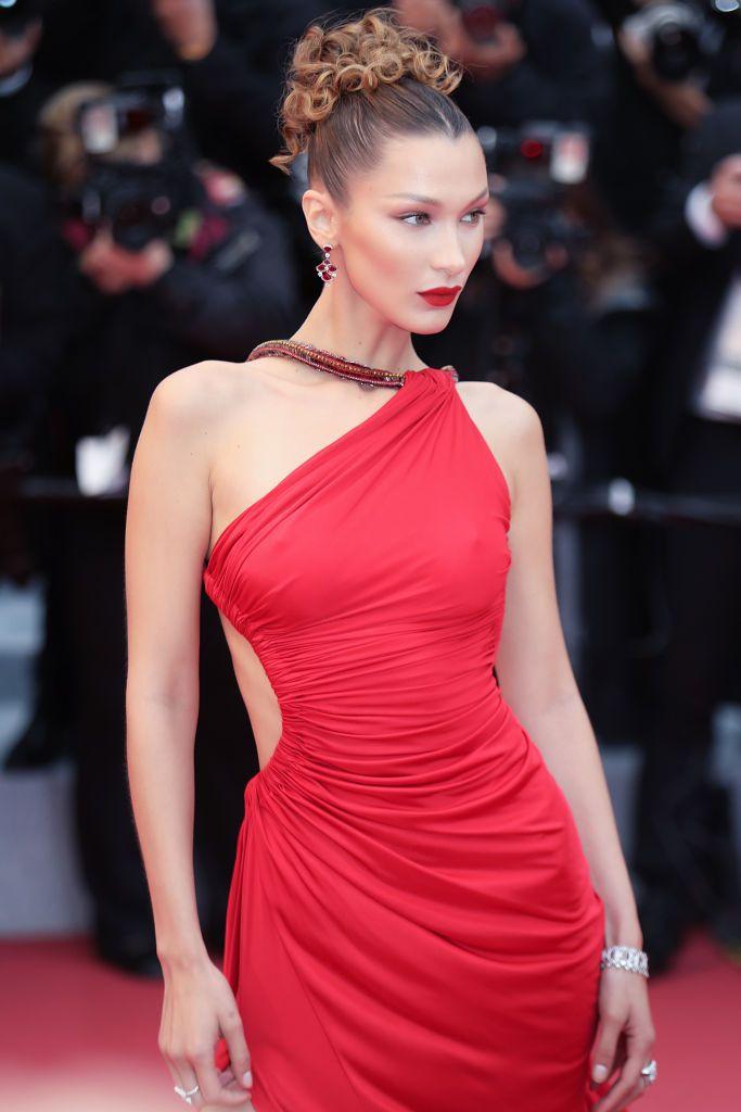 El bikini rojo de Bella Hadid con cadenas doradas a lo Versace