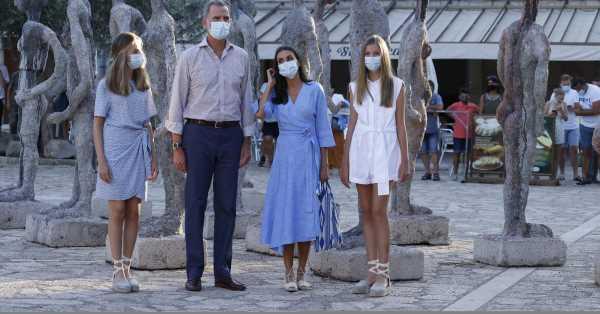 Excursiones en lugar de yates y posados fuera de palacio: así se alejan Felipe y Letizia de Marivent para acercarse a la calle