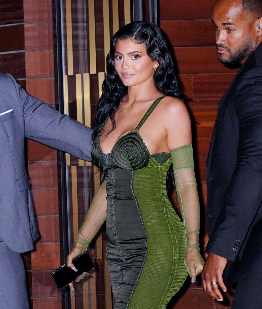 Kylie Jenner diseña bañadores atrevidos y llenos de color