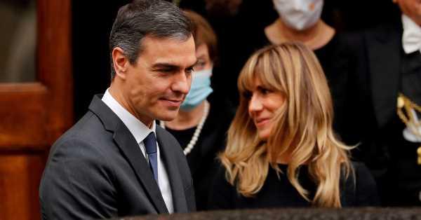 Por qué Begoña Gómez no ha posado este verano (ni quiere ser como Doug Emhoff, marido de Kamala Harris)