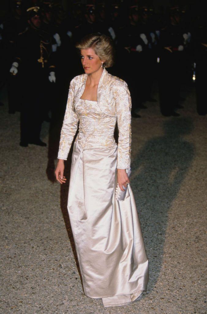 Todo sobre el espectacular vestido blanco que luce Kristen Stewart en el cartel de la película sobre Diana de Gales