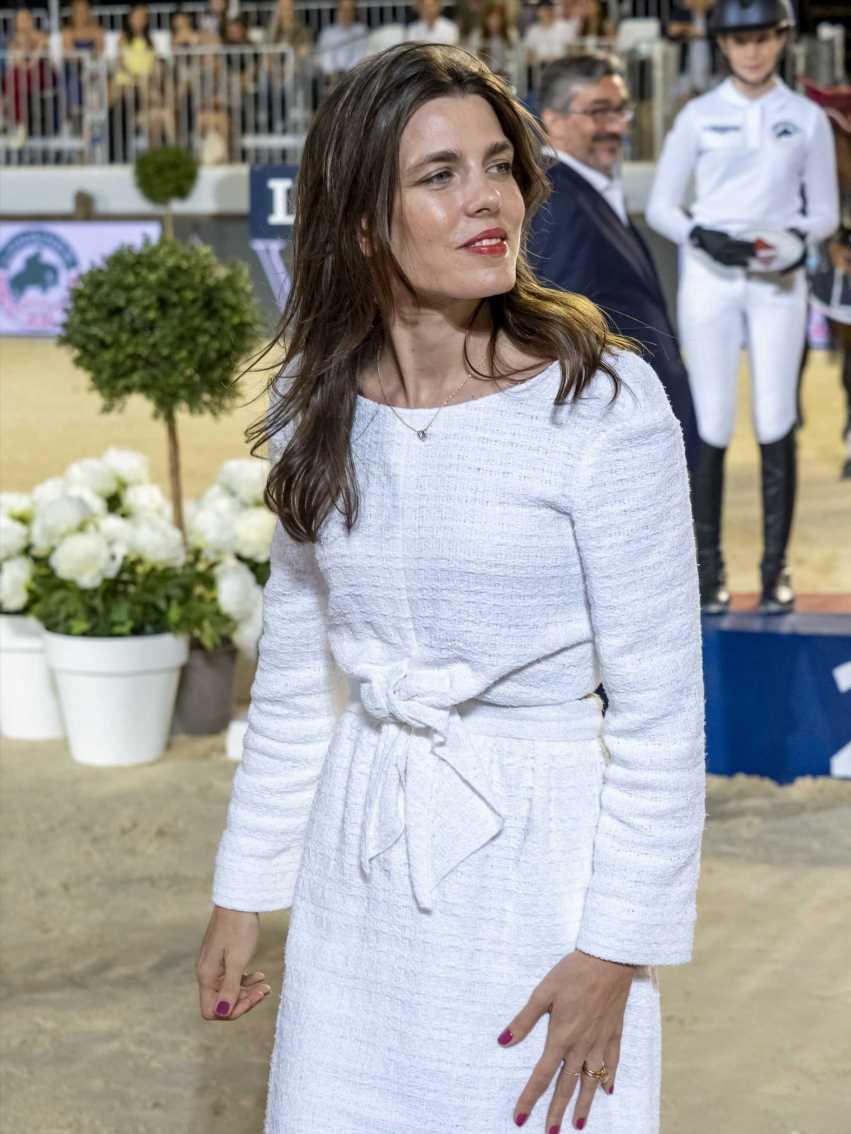 Carlota Casiraghi o cómo llevar bien una camisa lisa