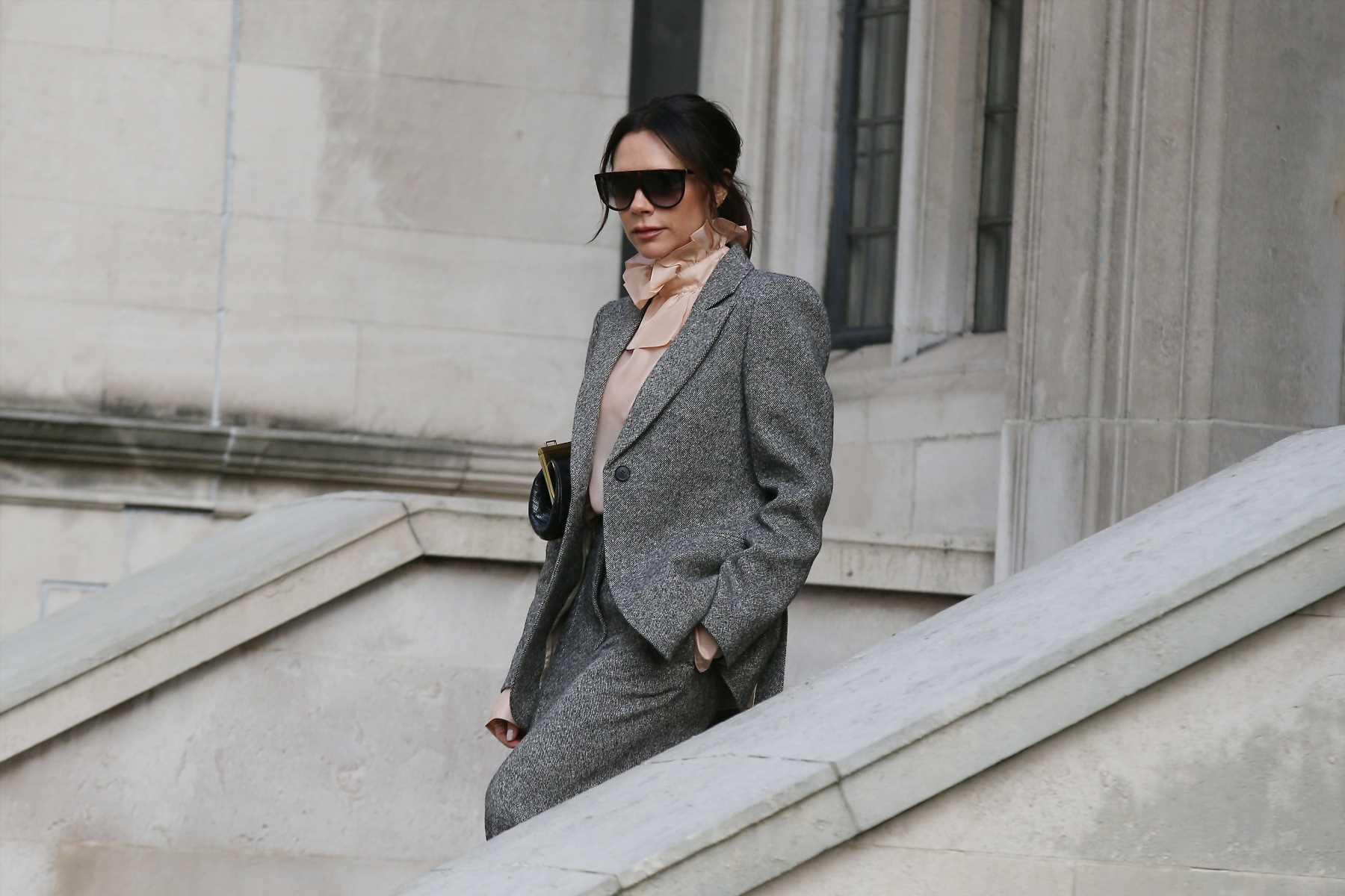 El look working de Victoria Beckham es inspiración de entretiempo