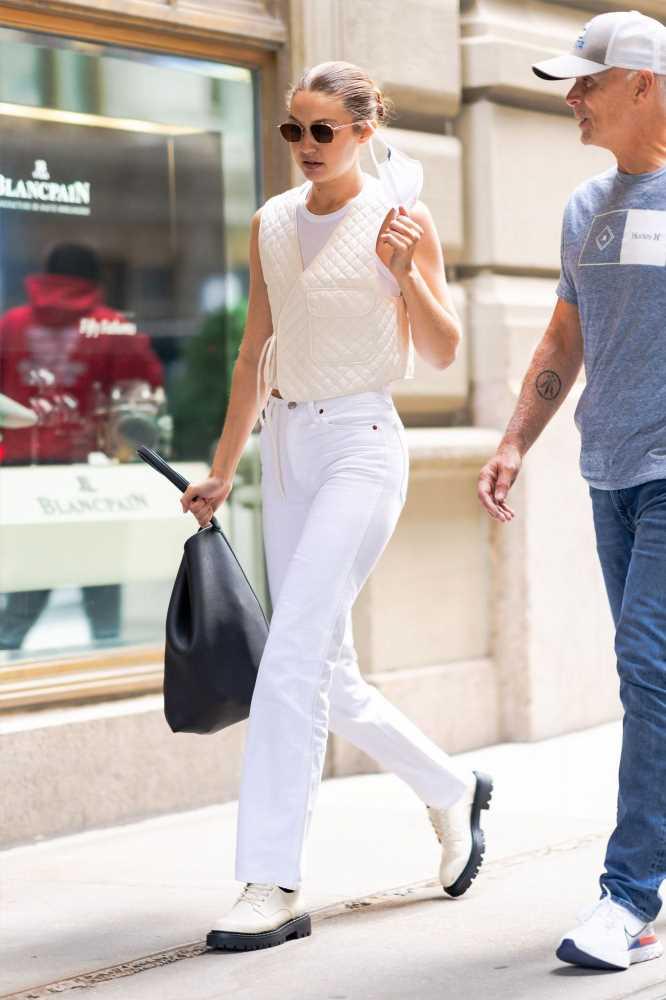 Gigi Hadid con un chaleco blanco acolchado de Mango ideal