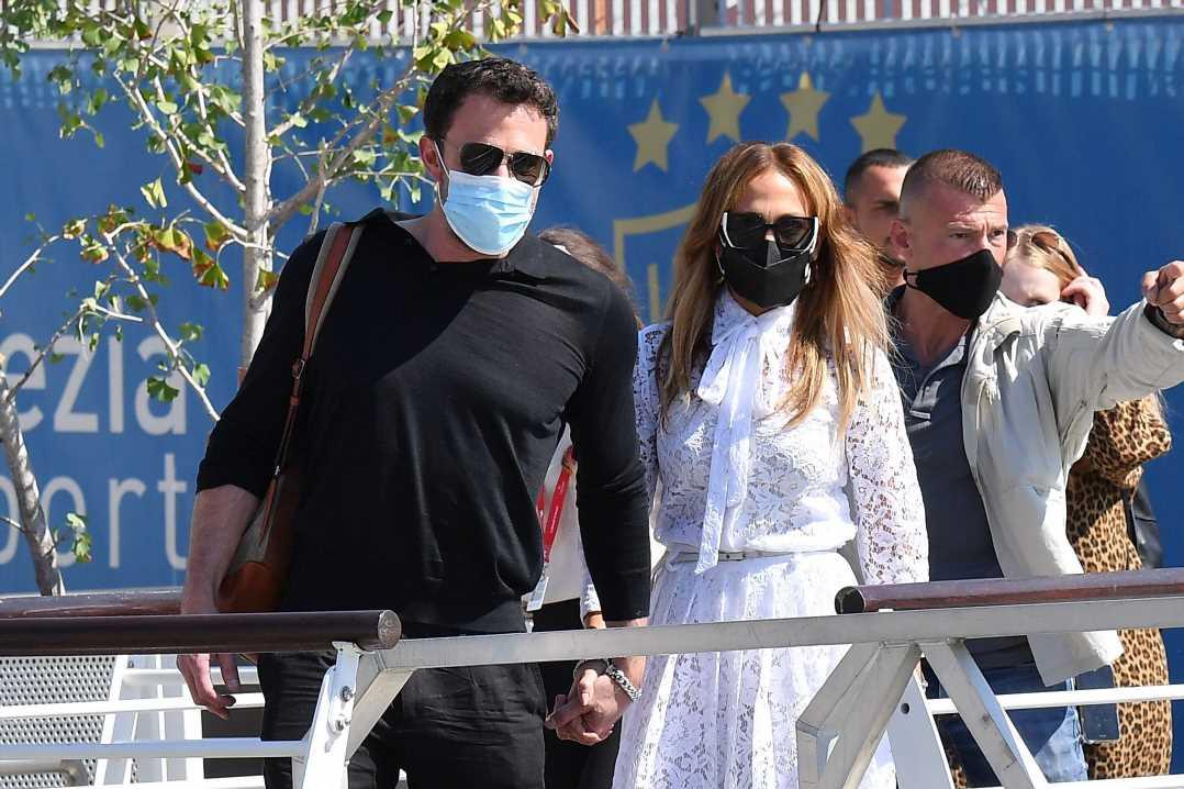 Jennifer Lopez (vestida de Valentino) y Ben Affleck, en Venecia